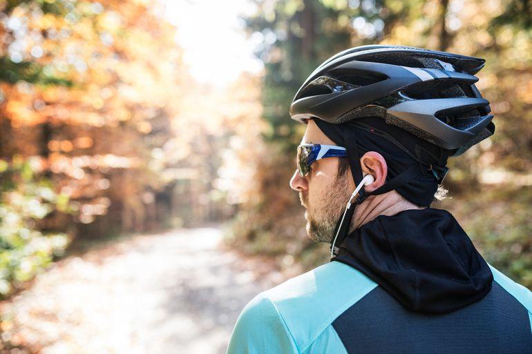 Czy należy zakazać rowerzystom jazdy w słuchawkach?