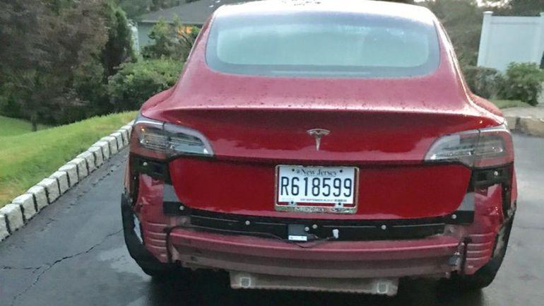 Z Tesli Model 3 podczas deszczu odpadają zderzaki!