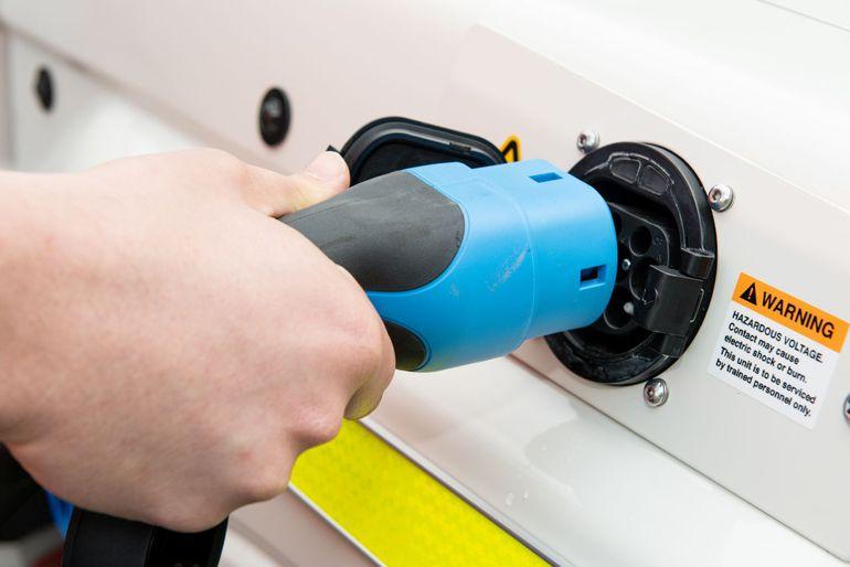Elektryczna Toyota Land Cruiser poradzi sobie wszędzie. Nawet w kopalni