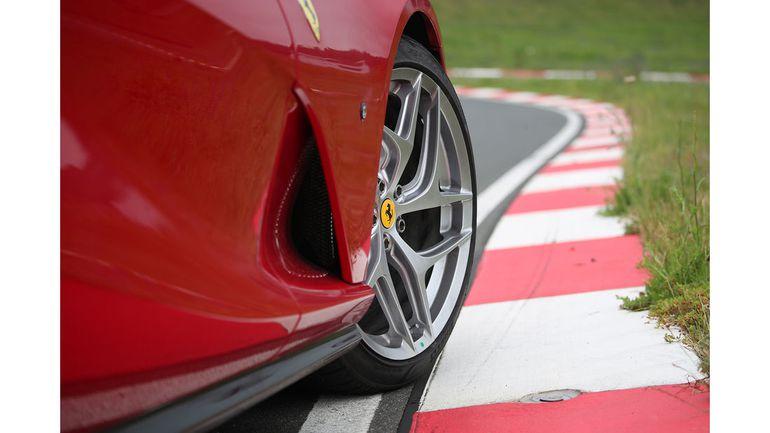 Ferrari wzywa właścicieli modelu 812 Superfast do serwisów. Co się stało?