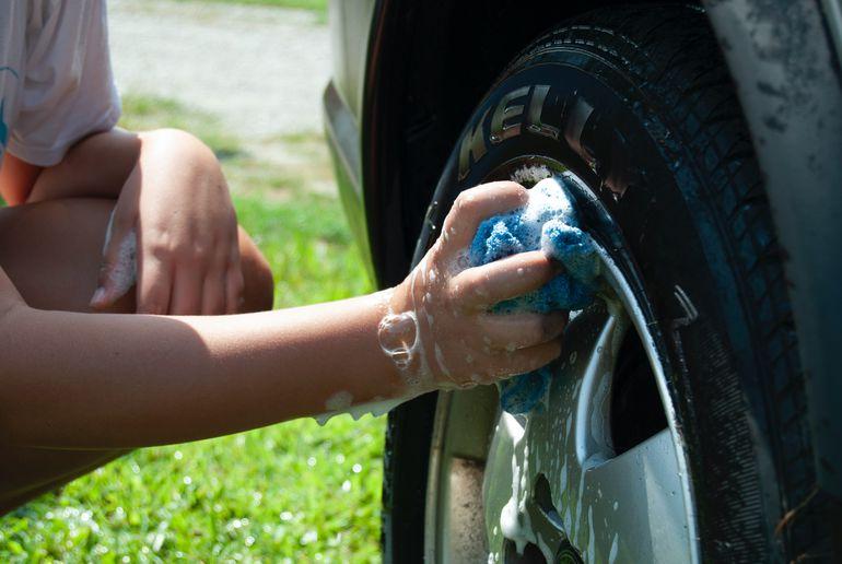 Auto detailing na własną rękę, czyli jak dbać o samochód