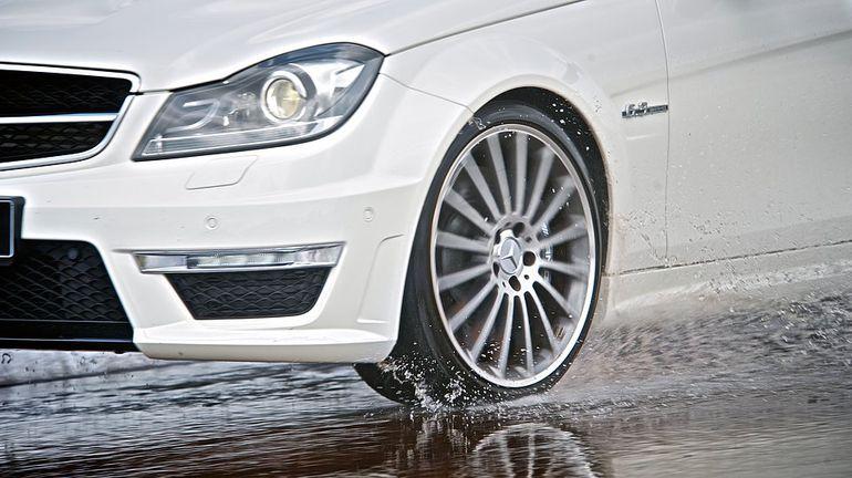 Jedź ostrożnie w deszczu – kilka rad jak zachować się za kierownicą w czasie ulewy