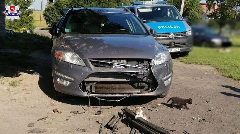 Właścicielka tego Forda Mondeo wyceniła straty na 5 tysięcy złotych. Trudno uwierzyć jak do tego doszło