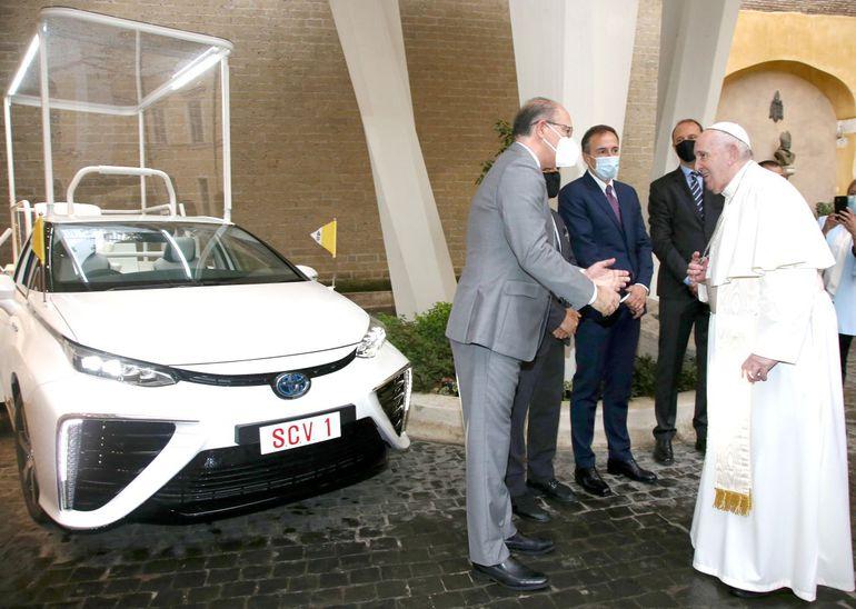 Papież Franciszek otrzymał nowy samochód - czy wodorowy papamobile trafi na charytatywną aukcję jak Huracan?