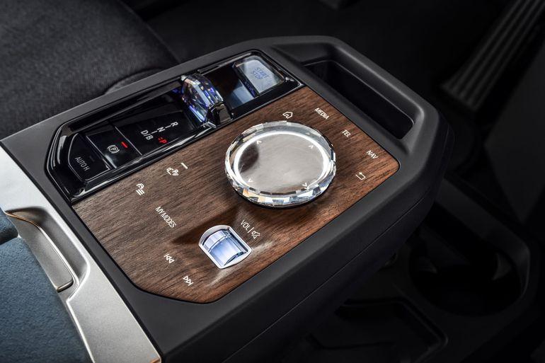 BMW iX zaprezentowane. 500 KM, 600 km zasięgu i ogromny grill