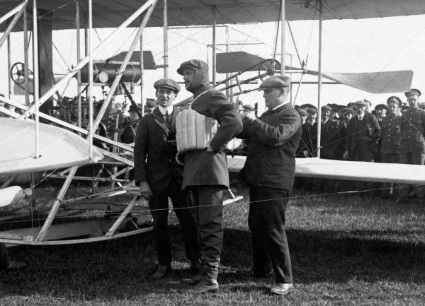 Charles Stewart Rolls dokonał pierwszego przelotu tam i z powrotem nad kanałem La Manche