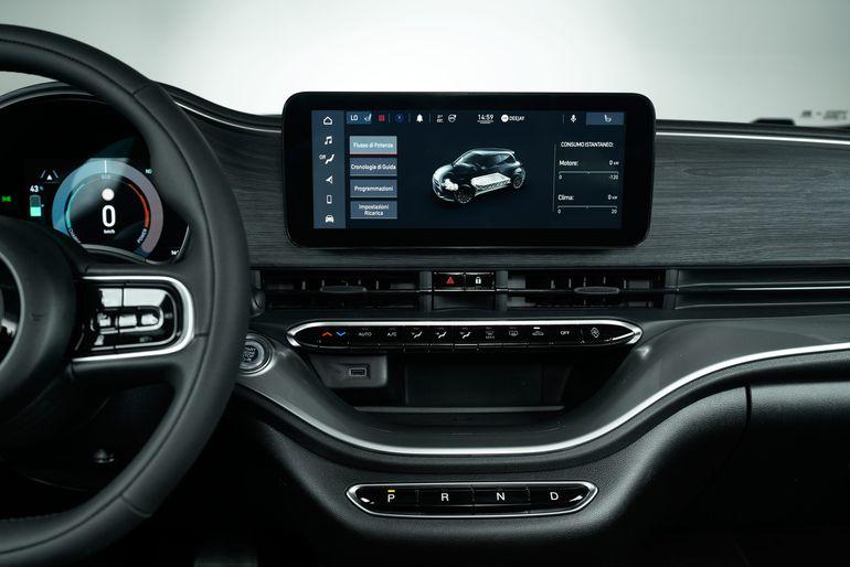 Fiat 500 3+1 właśnie ujrzał światło dzienne. Drzwi pasażerów zaskoczyły wszystkich