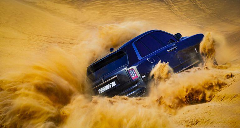 Rolls-Royce jadący przez pustynne bezdroża. Brzmi jak science fiction, ale to prawda