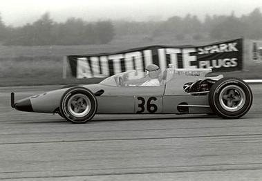 Patsy Burt w McLarenie M3A