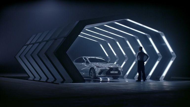 Wytatuowany crossover, lodowe koła i sedan z kartonu.