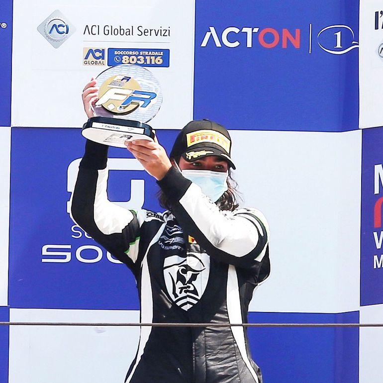 Jamie Chadwick na podium w swoim debiutanckim wyścigu Formula Regional Europe