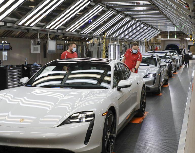 Fabryki samochodów wznawiają produkcję w całej Europie