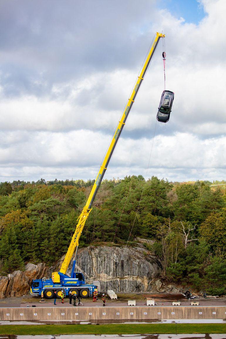 Volvo zrzuca nowe samochody z 30 metrów, aby pomóc służbom ratować życie