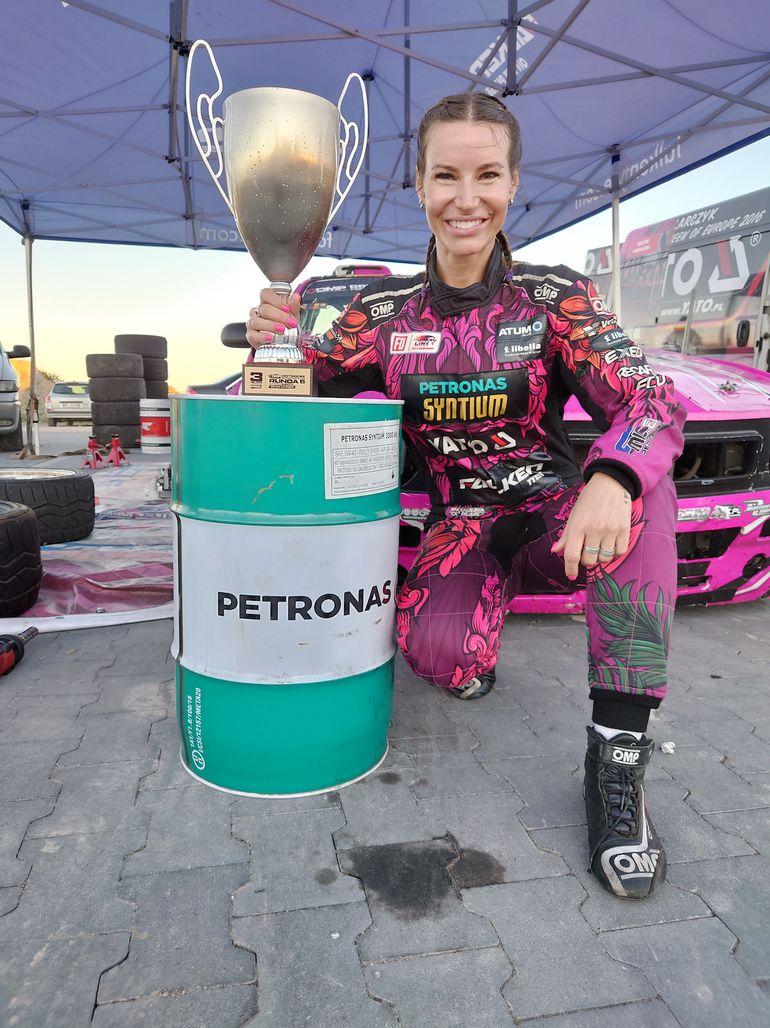 Karolina Pilarczyk na podium podczas szóstej rundy Driftingowych Mistrzostw Polski