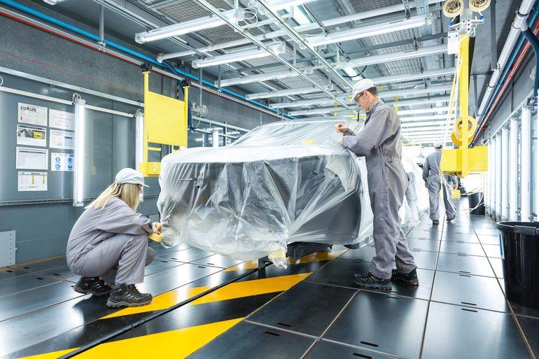 Nissan łączy kunszt pracy rąk ludzkich i robotów, aby stworzyć Nissana Juke z dwukolorowym nadwoziem