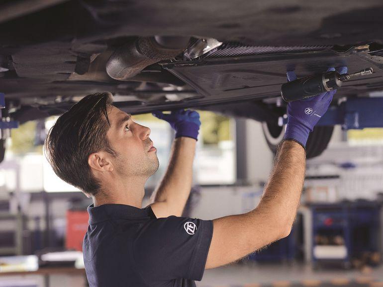 Jak bezpiecznie wymienić olej przekładniowy w pojazdach hybrydowych?