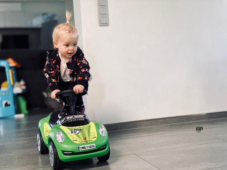 Efektowne driftowanie w drodze z salonu do kuchni? Laurens Vanthoor i jego roczna córeczką potrafią!