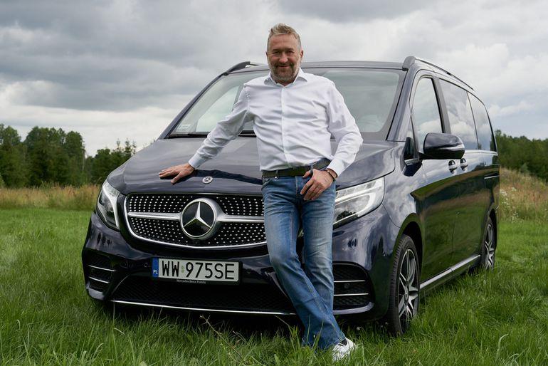 """Rajdowiec Rafał Sonik zaczyna dzień od słów """"Hej, Mercedes!"""". Właśnie został ambasadorem nowej klasy V!"""