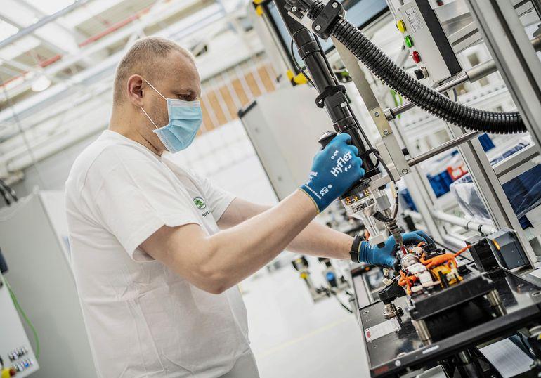 Skoda ponownie uruchamia produkcję akumulatorów do samochodów hybrydowych typu plug-in