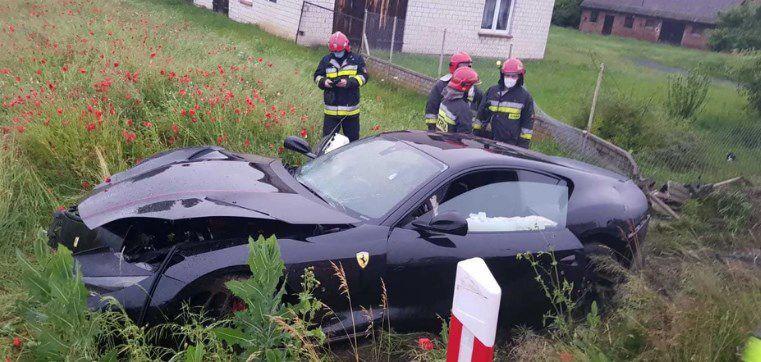 Kierowca rozbił Ferrari, bo chciał uratować psa. Naprawa samochodu będzie droga