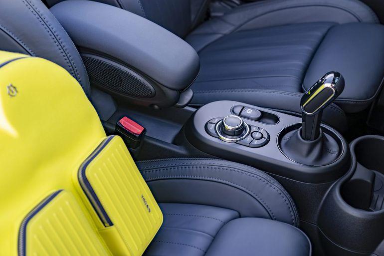 Mini Cabrio w zawadiackim lakierze Zesty Yellow
