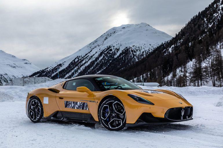 Maserati MC20 na śniegu