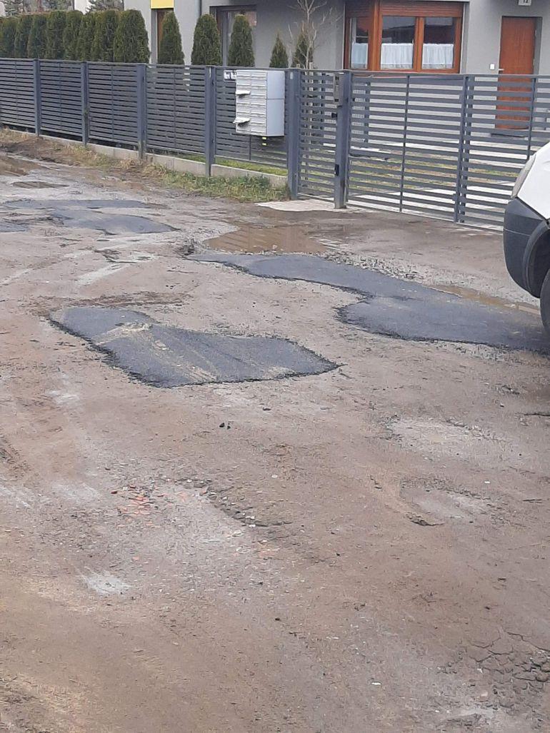 Załatali dziury w drodze gruntowej asfaltem