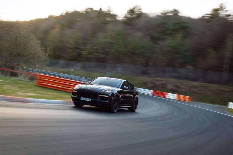 W nowym Cayenne o wysokich osiągach, kierowca testowy Lars Kern pokonał pełne okrążenie Północnej Pętli Nürburgringu w czasie 7:38.9 minuty - to nowy rekord w kategorii SUV-ów