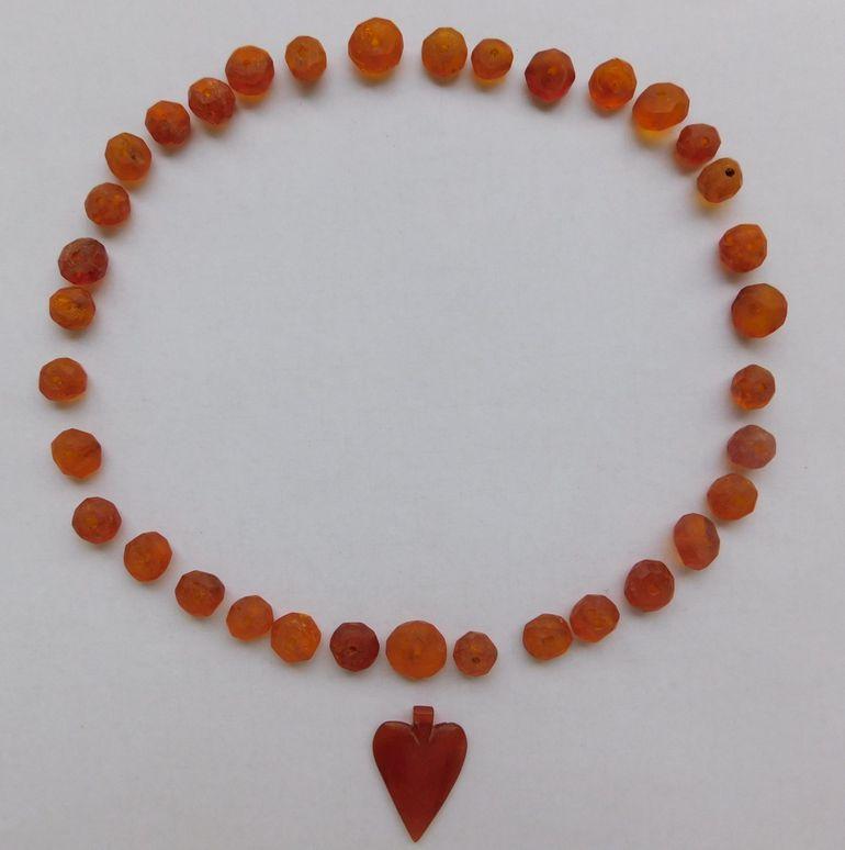 Podczas budowy drogi znaleziono bursztynowy naszyjnik w kształcie serca