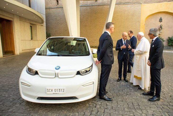 Włoski oddział BMW podarował papieżowi Franciszkowi elektryczne BMW i3