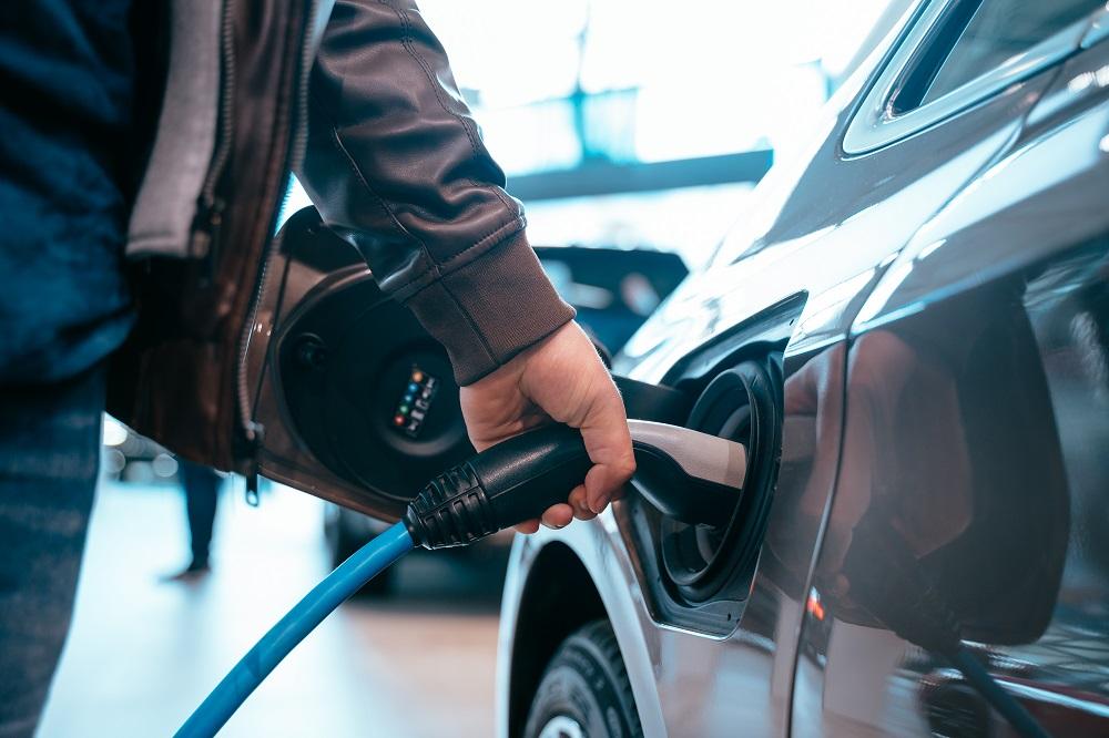 """Samochody elektryczne są drogie, nieekologiczne i """"bez duszy"""" - jak jest naprawdę?"""